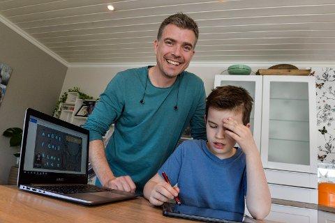 TESTER: Michael Tjelle har utviklet et spill som skal lære barn bokstaver og alfabetet. Her tester han ut demoversjonen på sønnen Liam Storm Tjelle, som er 8 år, og dermed i målgruppen for brukere.