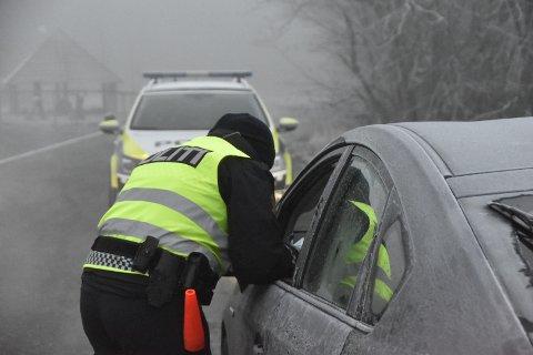 IS OG DUGG: UPs betjenter sjekker sikten til bilene de kontrollerer. Hvis det er for mye is eller dugg på rutene som hindrer sikten, vanker det bot. Illustrasjonsfoto: Sigurd Øie