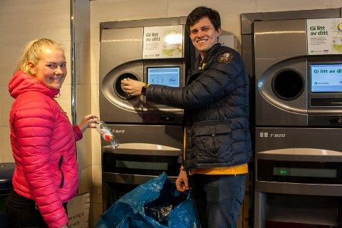 IMPONERT: Helene Rød Johansen og Lars Andersen er imponerte over hvor mye pant Coop Obs på Fokserød fikk inn gjennom panteautomatene i 2018. - Over én million flasker og bokser er utrolig mye, sa de.