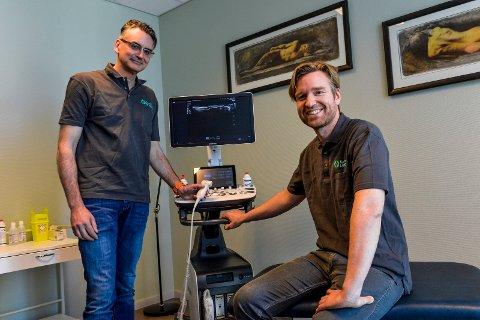 INNFLYTTERE: Enda flere spesialister har flyttet inn i Helseparken. Overlegene Justin van Leeuwen og Torben Ianssen har startet opp Sandefjord Ortopedi i Sandefjord Helsepark. Her viser de stolt frem siste nytt innen ultralydteknologi.