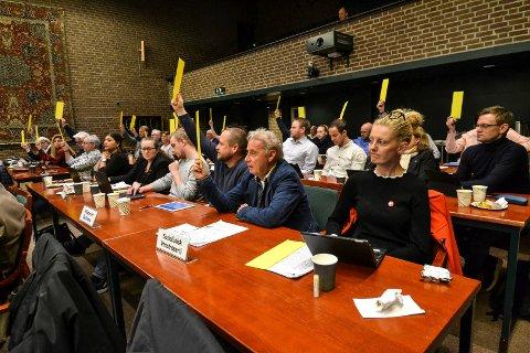 TAP OG SEIER: Her stemmer flertallet for å bygge sykehjem på Nygård. Charlotte Jahren Øverbye innser at hun har tapt kampen om å bygge på Haukerød. Hennes partifelle Ivar Otto Myhre (nærmest til venstre) og Odd Rune Langeland (MDG, t.v. for Myhre) stemte begge for Nygård.