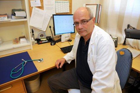 FEIL VEI: Sandefjords kommuneoverlege, Ole Henrik Augestad, skulle helst ha sett at smittetallene i Sandefjord gikk ned – ikke opp. – Får vi mye smitte som sprer seg utenfor gruppene vi allerede kjenner til, må vi ta grep. Som å stenge ned, sier han.