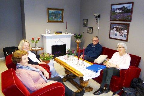 PRØVESITTER: Cecilie Langeli (nummer to fra venstre), har vært «arkitekten» for pårørende rommet på Kamfjord. De øvrige er Randi Husa, Gunnar Strøm og Ingrid Vidum som er med i styret for Kamfjordhjemmets Venner.