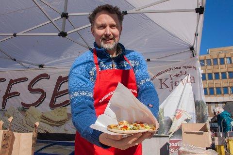 Geir Haaseth fra Kjevla Tjøme var på plass på Torvet med sine vanlige varer, i tillegg til en nykommer: - Nå tilbyr vi hjemmelaget naanbrød med topping som håndmat, hittil har det slått veldig godt an, kunne han fortelle.