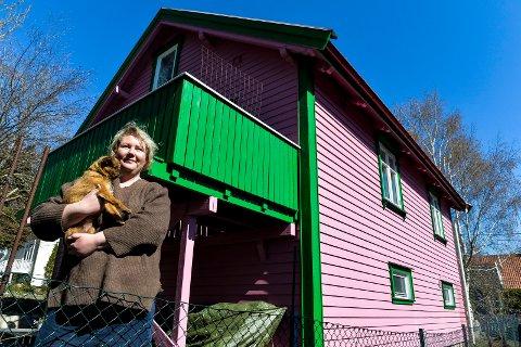 SPREKE FARGER: Huset til Siri Anette Næss vekker oppsikt i et ellers ganske fargenøytralt boligstrøk, med de rosa veggene og grønnfargen på vinduskarmer, lister og veranda.