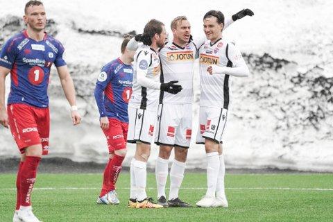 PANGSTART: Håvard Storbæk (t.v.) sendte SF i ledelsen mot Tromsdalen før to minutter var spilt. Her feirer han med Pontus Engblom og William Kurtovic.