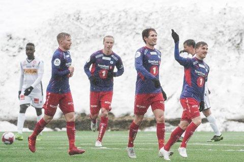 GA SEG IKKE: Tromsdalen ga SF tøff match på hjemmebane, og utliknet SFs ledelse to ganger før pause. Her feirer spillerne 1-1-scoringen til Vegard Lysvoll.