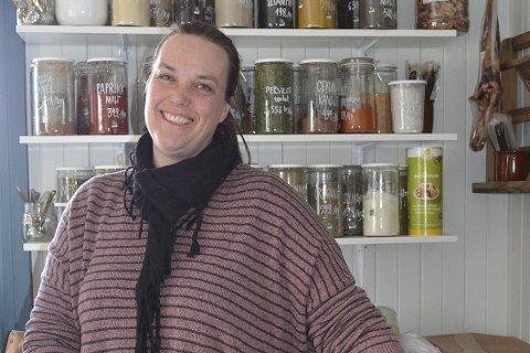BUTIKKDAME: Silje Hjorteseth er jordmor med ekstrajobb i butikk. Ordet butikkdame har vel for lengst gått ut av språket, men passer fortsatt godt i den koselige gårdsbutikken på Fevang, som minner om en landhandel fra gamle dager. Foto: Vigdis Løbach
