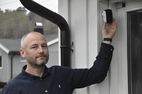 ENKELT: - Dette er et enkelt utendørskamera med batterier, sier overvåkningsekspert Kristian Lind Johannessen.