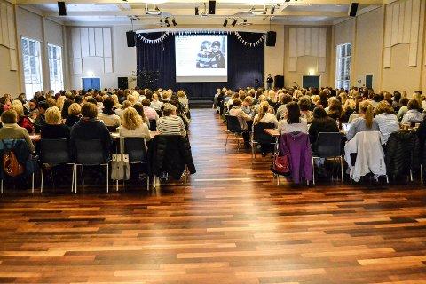 PÅ SEMINAR: Oppvekst og kunnskap er ett av to kommunalområder som bruker mest penger på kurs og konferanser. Dette bildet er fra et seminar for ansatte i skole- og barnehageetaten i 2015.