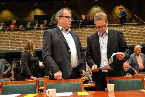 FELLESFORSLAG: Arbeiderpartiet, her ved Arild Theimann og Bjørn Orerød, legger tirsdag kveld fram et fellesforslag om utbygging av sykehjem enten på Haukerød eller på Sørby/Virik. Bak til høyre Odd Rune Langeland (MDG) og Ivar Otto Myhre (SV).