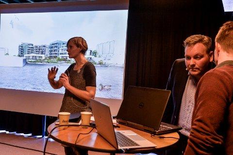BEKLAGET: Byplanlegger Madeleine Steinert fra Sandefjord kommune måtte beklage at de ikke hadde sett på kommunens møteplanlegger i forkant av informasjonsmøtet. Til venstre står Pål Badski fra utbyggerne Carlen Kvartalet AS.