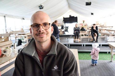 GULLRUTENVINNER: Lars Kristian Flemmen fra Sandefjord sto på scenen som syngende servitør i Hvalsommer for første gang i 2005. I 2015 var han regissør for sommerrevyen. I dag er han ansatt i Seefood TV og vant Gullruten for beste humorprogram med «Parterapi», som han har regissert. Her er Flemmen avbildet under en prøve i Fon-teltet i 2015.