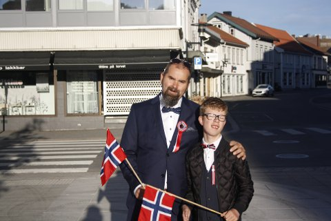 Geir Andreas Olfsen og sønnen Ulrik Andreas Olfsen gledet seg til flaggborgen som markerer starten på dagen.