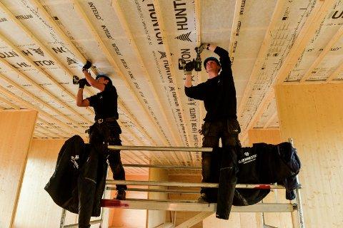 ELEVER: Sander Aas og Ivar Grødem fra videregående bygg og teknikk på Gjennestad, jobber her med taket innvendig. Elevene har lært mye av den praktiske erfaringen de har fått under prosjektet med massivtrehuset.