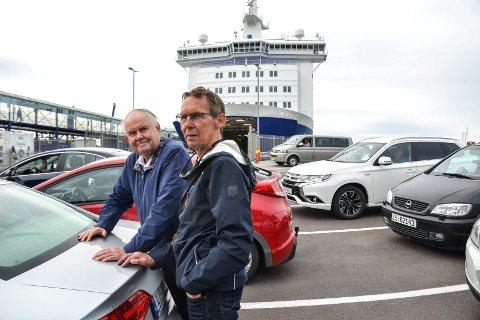 SOSIAL SPARING: Hver fjerde mandag fyller Even Grinvoll (73, t.v.) fra Melsomvik og Marton Vagle (60) fra Tønsberg opp bilen med Pepsi max og andre varer. Da sparer de både penger og får en sosial tur sammen.