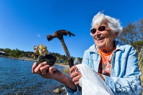 HAMMER: Det er fortsatt kraft nok i armene på den spreke 86-åringen og med hjelp av en skikkelig snekkerhammer har stillhavsøstersen lite å stille opp med.
