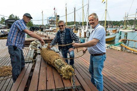 FRONTFENDER: Even Olsen, Reidar Ottesen og leder av Gokstad kystlag Jan Richard Becke ønker velkommen til kystkulturdagen og skal blant annet vise frem frontfenderen de har laget til den gamle hvalbåten D/S Forlandet.
