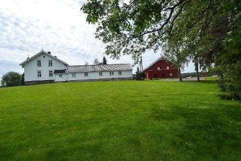 KONSESJON: Konsesjon for kjøpet av Nedre Skjærsnes gård i Stokke ble gitt av adminstrasjonen i kommunen i april. Nå har politikerne tatt en klage til følge, slik at de kan få en realitetsbehandling av konsesjonen.