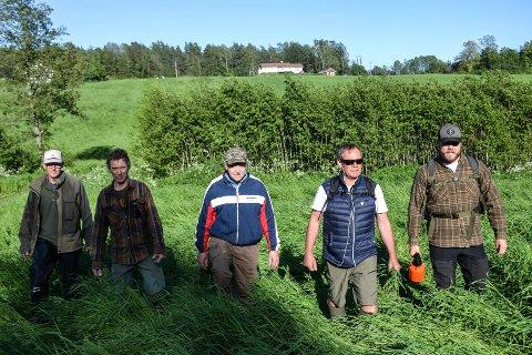 MANNGARD: Sandefjord Jeger- og Fiskeforening går manngard etter rådyrkillinger. Fra venstre: Børre Skontorp, Kjell Gjermundrød, Jan Brattås, Geir Arne Hegge og Aleksander Hegge.