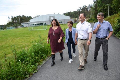 GODT KJENT: Er dette bildet tatt i september 2020? I mai samme år? Nei, det er fra juni 2019, da Cathrine Andersen (Frp), Anne Strømøy (H), Bjarne Sommerstad (Sp) og Bror-Lennart Mentzoni (KrF) varslet en ny skole på Vesterøya.