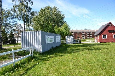 PERMANENT PLASS? Larvik og Sandefjord Rytterklubb har utstyrscontainere stående i Bugården. Nå har klubben fått permanent tillatelse, slik at containerne får stå.