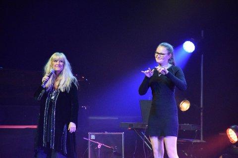 """PÅ SCENEN: Hanne Krogh og Vilde Winge, kjent fra Norske Talenter, fremførte Erik Byes """"Vår beste dag""""."""
