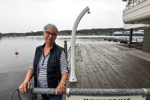BADE: Evy Bjerke savner å kunne ta seg et bad ved Kilen Brygge. Her er hun på sin faste badeplass, der det er montert både badestige og utendørsdusj.