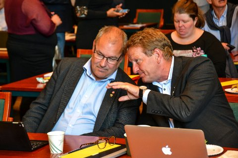 Bjørn Orerød (Ap, t.h.) vet ikke om nye skole på Vesterøya er et godt forslag eller ikke – det kommer bare for tidlig. Her er han i samtale med partifelle Arild Theimann i kommunestyret 20. juni.