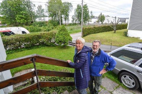 POSITIVT: Huset til Gerd Elfie Møller (74) og Tore Gjone Møller (76) ligger i Skringssalveien. Med nytt dobbeltspor må veien flyttes, og da ryker huset. De mener det er positivt, dersom kommunen kjøper dem ut to-tre år tidligere enn Bane Nor legger opp til. Sandefjord videregående skole ligger i bakgrunnen.