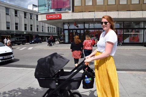 SELV MED BABY: Alette Kronberg (29) sier hun nok selv ville valgt raskeste rute fra Torvet og over til Lindex.