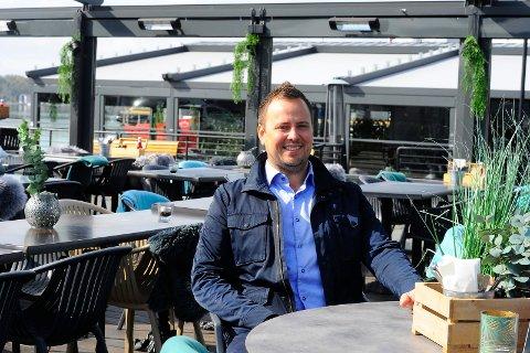 STØRRE PLASS: Åpner for flere sitteplasser mellom Pir4 og Kokeriet under Fjordfesten. Peter Nordberg, daglig leder Kokeriet og Pir 4. FOTO: Ann Kristin Saastad