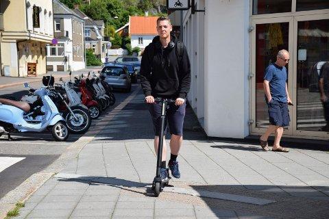 I SENTRUM: Elsparkesyklist Stian Severinsen (27) synes hjelmpåbud høres fornuftig ut, men innføring av 12-årsgrense for bruk av elsparkesykkel mener han ville ha satt en stor stopper for moroa for mange barn.
