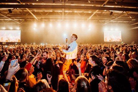 GODE TILBAKEMELDINGER: Med konserter der han evner å kombinere det nære og intime med det storslåtte og energiske, har han for alvor vist at han er en liveartist helt utenom vanlige, er det skrevet om Justads opptredener. PRESSEFOTO