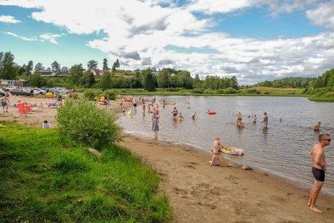 BASSENGTEMPERATUR: Badevannet ved Meløstranda nærmer seg bassengtemperatur med sine 25 grader.
