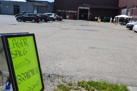 SELGER KLÆR: I et industrilokale i Hinderveien holder selskapet Brandnew til. Mandag åpnet de et to ukers lagersalg av klær og sko. I september blir det også lagerutsalg i lokalet. Fire liknende utsalg neste år er foreløpig avslått av kommunen.