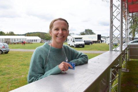 BETAL MED BANKKORT: Arrangør ved Fjordfesten, Hanne Børresen, har tro på årets betalingsløsning. – Det er bare å tæppe bankkortet ditt. Det er veldig enkelt, sier hun.