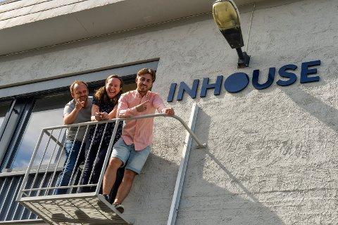 NYTT BYRÅ: InHouse har kontorlokaler i Skiringssalveien 9, i den gamle skofabrikken ved Jotun Nybyen. Trioen fra venstre: Fredrik Langfeldt, Vibeke Dyrøy og Alexander Vestnes er stolte av de nye lokalene og logoen som er kommet på plass.