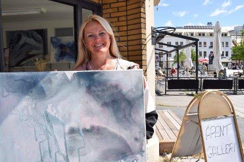 BLÅTONER: Hege-Kathrine Aamodt har pop up-utstilling i den tidligere hjørnekoisken på Torvet.