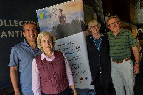 HELE VERDEN: Publikum kommer langveisfra for å bli med på Fjord Classics festivalen. F.v: Festivalsjef Sean Lewis, Wendy Hartley fra Adelaine, Australia, Gerrie og Walter Kupper fra Baltimore, USA.