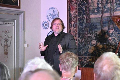 I ARNEBERGSTUEN: Christian Ihle Hadland presenterte musikken han skulle framføre under åpningskonserten til Midtåsen kulturfestival. FOTO: Vibeke Bjerkaas
