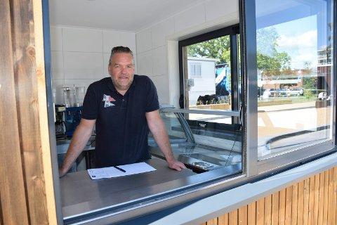 VIL SKAPE LIV: Kjell Arne Osvoll rigger denne uka i stand Bykiosken i Thor Dahls gate.