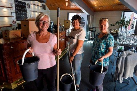 BØTTEBALLET: Daglig leder på Draaben, Heidi Schau, sammen med Draaben-vennene Ruth-Kirsti Framstad og Grethe Olafsen. Denne bøtteballetten skal sørge for at det blir rent og pent i hver krinkel og krok på kulturbaren.