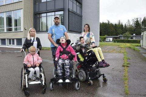 SAMME SKOLE: Disse tre elevene, samt en fjerde funksjonshemmet elev, får alle et skoletilbud på Breidablikk ved skolestart. Fra venstre Maya Thorheim med datteren Leah Marikken (13), Thomas Vestli med datteren Ida (13) og Nina Løkkemyhr El-Sayed med datteren Sara (12).
