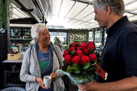 ROSER: - Er de blomstene virkelig til meg? spurte Rannveig Horntvedt med et smil, da miljøvernminister Ola Elvestuen kom innom Sandefjord for å hilse på henne.