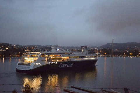 Klokka 0510 la Color Hybrid til ved terminalen i Sandefjord. Få timer senere er det dåp og jomfrutur til Strömstad.