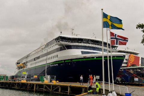 DET RYKER: Foreløpig kommer det røyk opp av skorsteinen på Color Hybrid. Det vil ta noen uker før skipet kan seile på strøm i Sandefjordsfjorden som planlagt.
