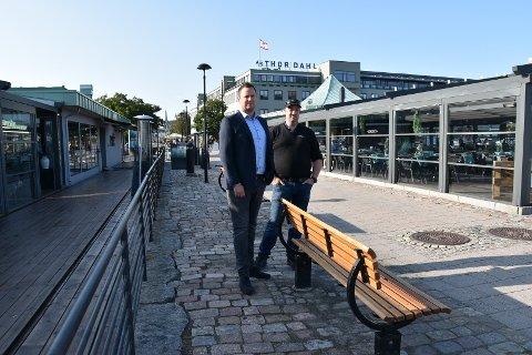 VALGTE Å HJELPE GJEST: Terje Høymyr (til høyre) er vekter, og var på jobb den kvelden hendelsen skjedde. Han sier at de valgte å prioritere å redde livet til en ung mann som segnet om, etter å ha sittet på denne benken. Til venstre i bildet er Peter Norberg, daglig leder ved Kokeriet. FOTO: Vibeke Bjerkaas