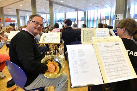 ENDELIG: Tom Huseby er kjempefornøyd med at Vestfold Symfoniorkester på nytt kan invitere til operakonserter. Dette bildet er tatt ved en tidligere øvelse. ARKIVFOTO: Kurt André Høyessen