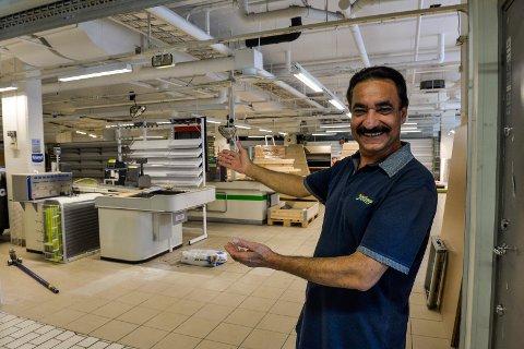 ÅPNER SNART: Amrit Bindra ønsker folk velkommen til sin nye dagligvarebutikk,  Joker-Tomta på Aagaards Plass. Han lover at alt skal være på plass før neste torsdag. Nå nærmer ombyggingen seg ferdig og varene kommer på plass denne uken.